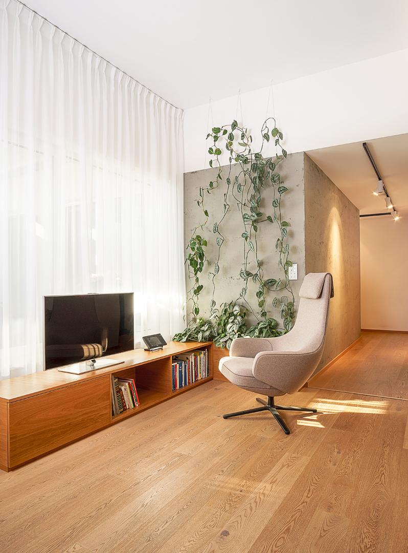 zelene terasy devin, interier domu zelene terasy, devin, navrh zelenej steny, navrh obyvacky, dub, oak, dyha,, navrh interieru obyvacky, navrh obyvacky, navrh interieru obyvacky, navrh interieru, dizajn interieru, interierovy dizajner, interierovy dizajn, vitra armchair, vitra repos, repos armchair, deltalight, design, interior design, interior designer